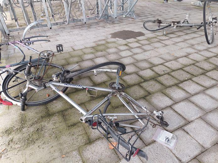 Beschadigd en op de grond gegooid. Vandalisme viert hoogtij in de fietsenstalling aan het station.