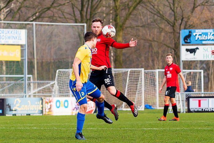 Jeroen Visscher (20) springt in de lucht tijdens het duel van DETO tegen NSC Nijkerk.
