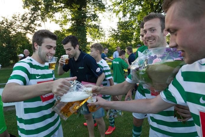 Spelers van vv Etten vieren feest na de klinkende overwinning op Kilder.