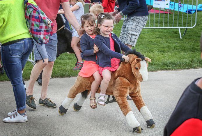 Zo'n 1400 kinderen hebben zich woensdag uitgeleefd op de zesde editie van de Buitenspeeldag in provinciaal domein De Gavers, een organisatie van de Provincie, Stad Harelbeke en Gemeente Deerlijk.