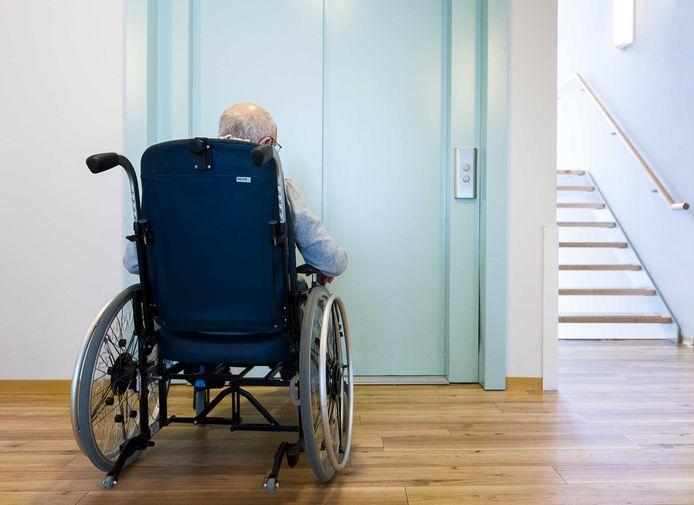 Ouderen zouden zo lang mogelijk zelfstandig moeten kunnen wonen, stelt het Seniorenlabel. Dat betekent bijvoorbeeld dat liften, deuren en drempels  moeten passen bij bewoners die hulpmiddelen als rollators of rolstoelen nodig hebben.