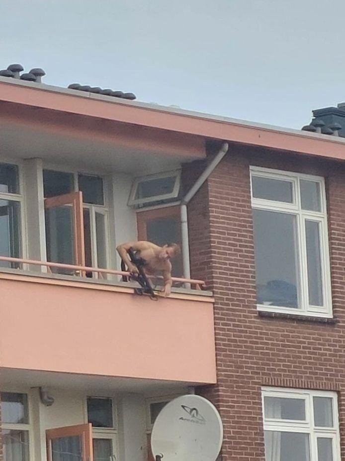 Des images émises par la chaîne régionale néerlandaise RTV Oost montraient un homme muni d'une arbalète se tenant sur un balcon