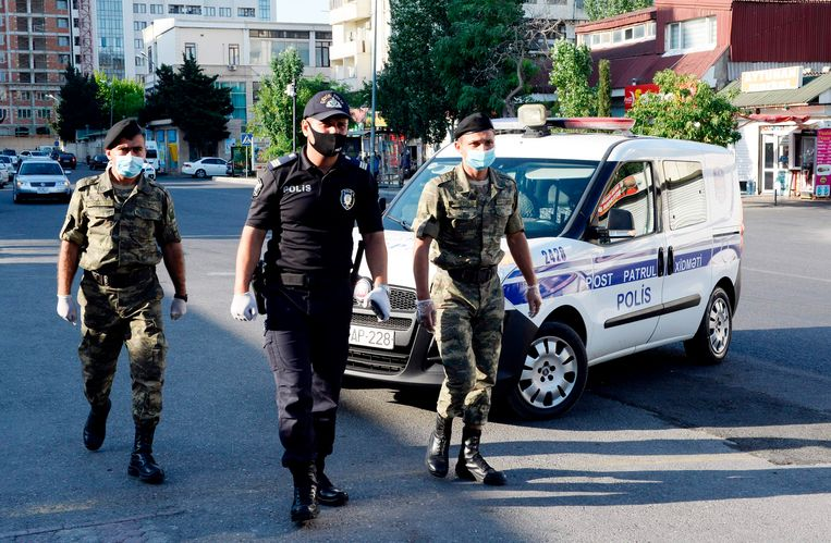 Agent en militairen in Azerbeidzjan tijdens de coronalockdown. Beeld AFP