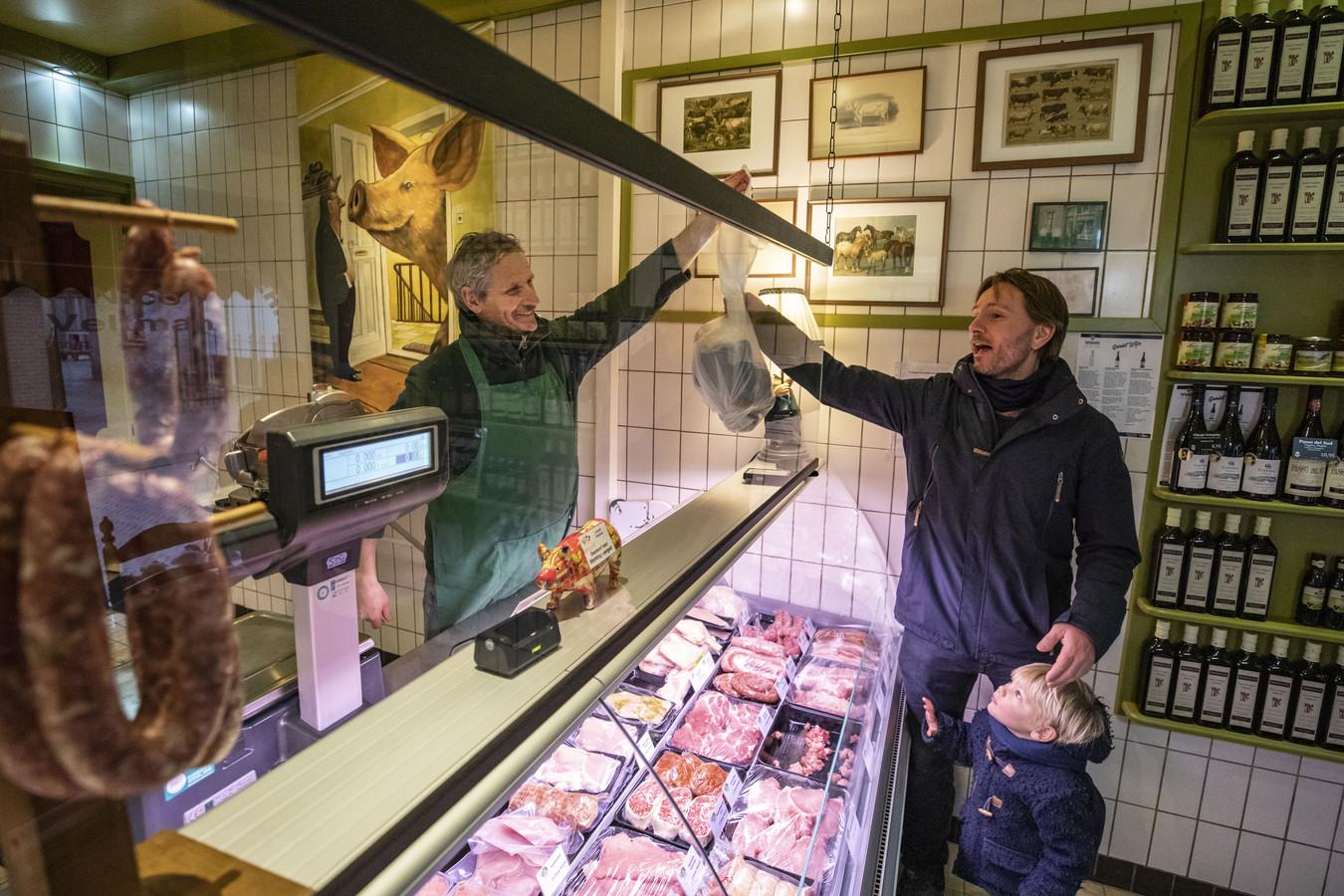 """Harold Smoes is vaste klant bij de logische slager. """"Ik proef echt verschil met vlees uit de supermarkt"""", motiveert Smoes zijn bezoek. """"In het gehakt zit bijvoorbeeld geen vocht."""""""