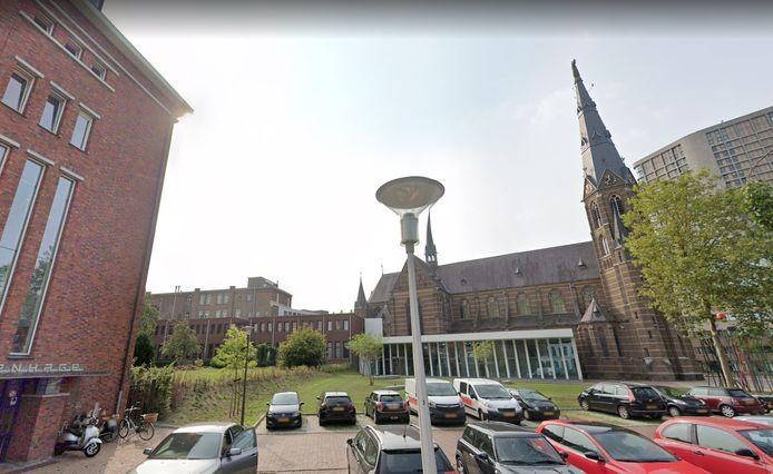 DomusDela in Eindhoven met de oude binnentuin van Klooster Mariënhage. In het gebouw naast de witte foyer breidt LBG Hotel Mariënhage uit met tien kamers én fitness- en welness-voorzieningen. Links de gevel die de komende jaren nog in gebruik is bij de GGzE.