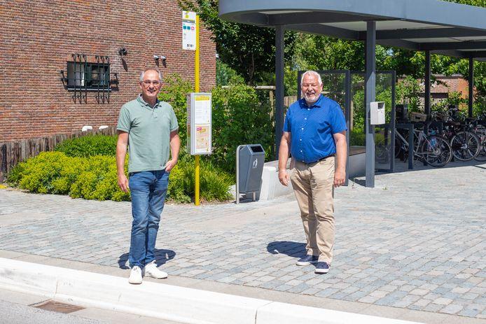 Schepen van Mobiliteit Frank Sels en schepen van Welzijn Raf Moons aan een bushalte.