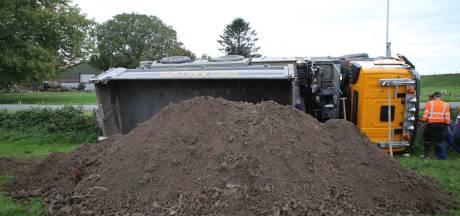 Vrachtwagen kantelt in Doornenburg en stort grond in de berm