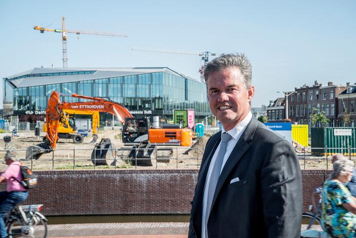 Bart Smals, met op de achtergrond de bouwkranen in Nieuw Delft. Hij is trots op de wijze waarop de stad zich de afgelopen jaren heeft ontwikkeld.