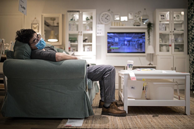 Een man slaapt in de Ikea in Wuhan, eerder dit jaar