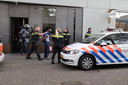 Het arrestatieteam voert een verdachte af na het oppakken van de broers Robby en Anil S. in Den Haag in november 2018.