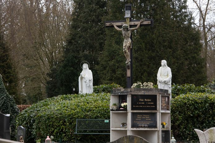 Op de begraafplaatsen staan meerdere urnmuren