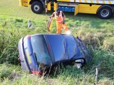 Auto in sloot bij Ossenisse; twee gewonden