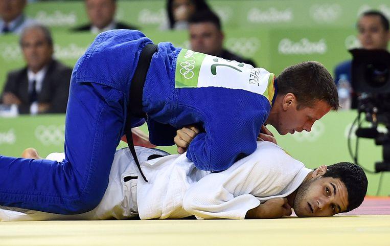 Tweede ronde: de Qatarees Zemouri geklopt met een armklem Beeld BELGA