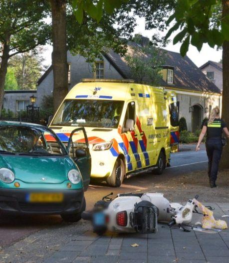Auto en scooter botsen op elkaar in Oisterwijk, scooterrijder raakt gewond aan haar hoofd