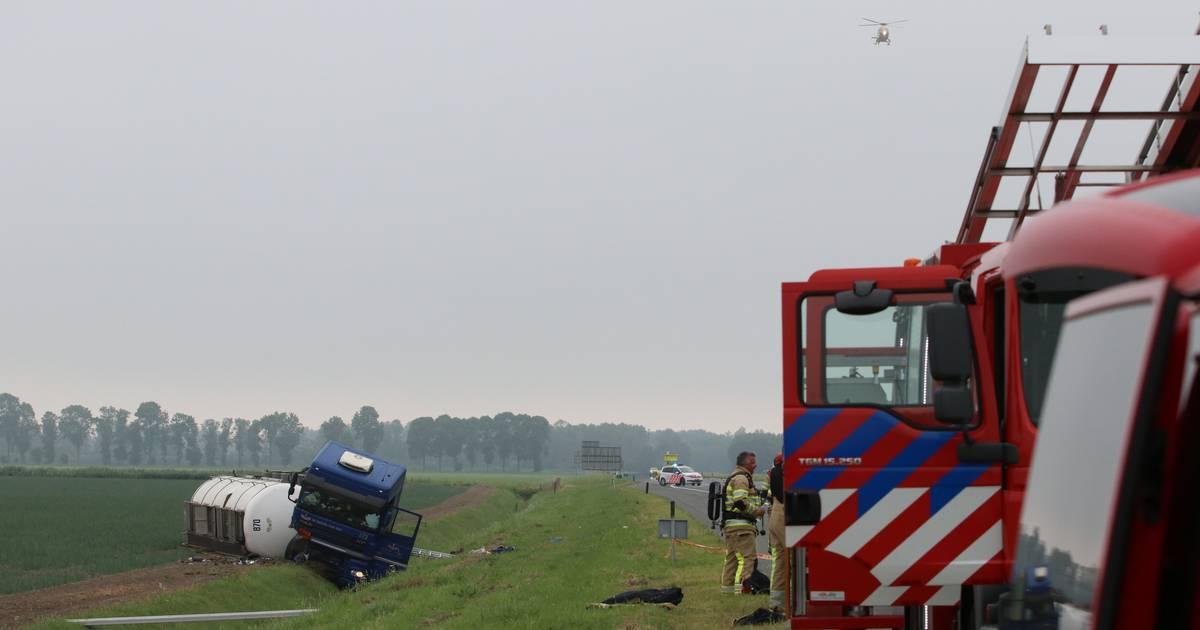 A6 van bij Emmeloord dicht na ongeluk met vrachtwagen met gevaarlijke stoffen.