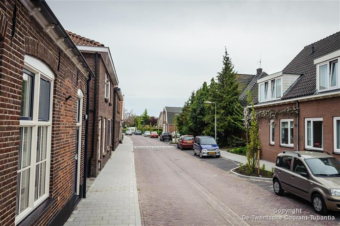 De Nieuwstraat in Delden, met tussen de bomen verscholen het huis van Zuster Helena.