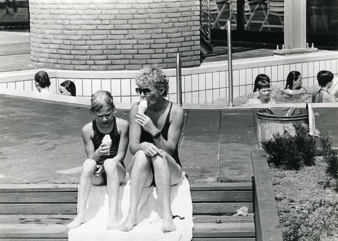 Moeder en dochter eten een ijsje bij het Golfbad, 1983.