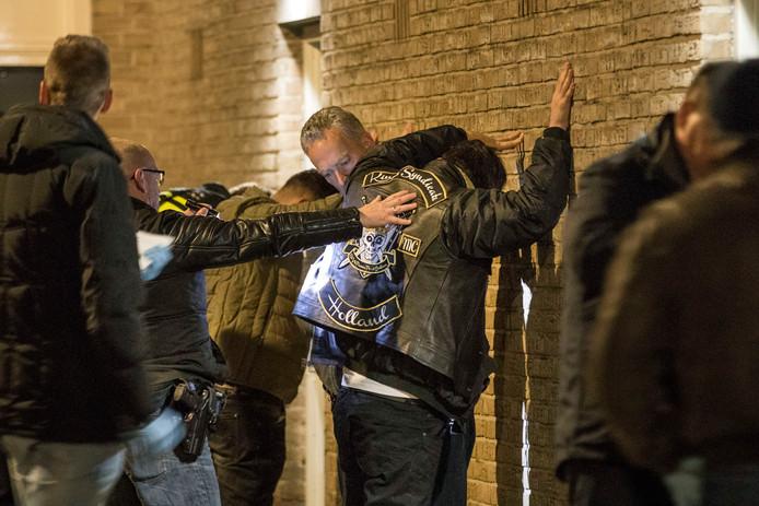 De politie bij een eerdere inval bij motorclub Kings Syndicate.