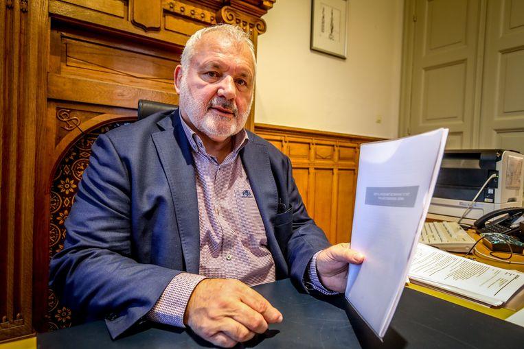 Jean-Marie Dedecker met het casinodossier dat hij erfde van de vorige beleidsploeg: 70 pagina's dun.