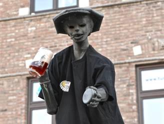 Schol! Peegie is voortaan lid van bierproeversclub 't Plakkertje en drinkt er een Rodenbach op