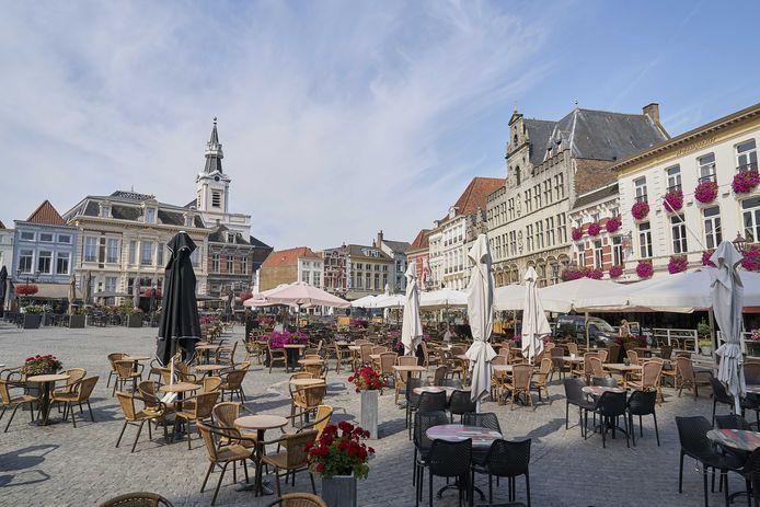 Ruim opgezette terrassen in Bergen op Zoom in de zomer van 2020. Daar kan de horeca straks weer op rekenen als de lockdown voorbij is. De lokale ondernemers zien dinsdag dan ook af van het illegaal openen van hun terras.