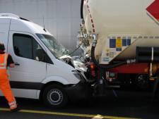 Kettingbotsing zorgt voor chaos op A1 bij Enter: verkeer wordt omgeleid
