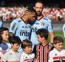 Dani Alves met Juanfran voor de wedstrijd.