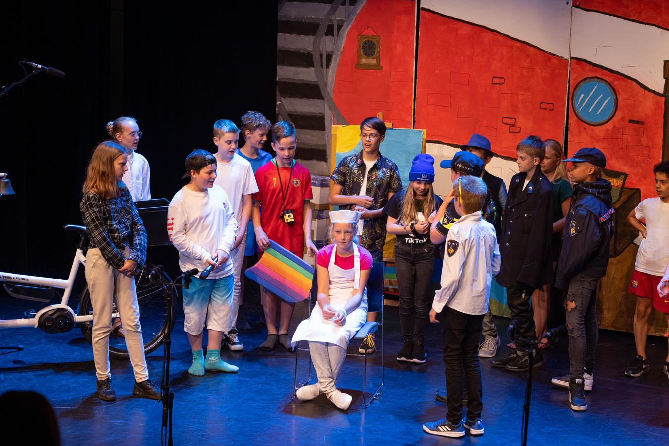 Wie stal het schilderij uit het museum? Die vraag moest groep 8 van de Flevosprong in Dronten beantwoorden tijdens de musical. Daniëlle wordt onterecht beschuldigd.