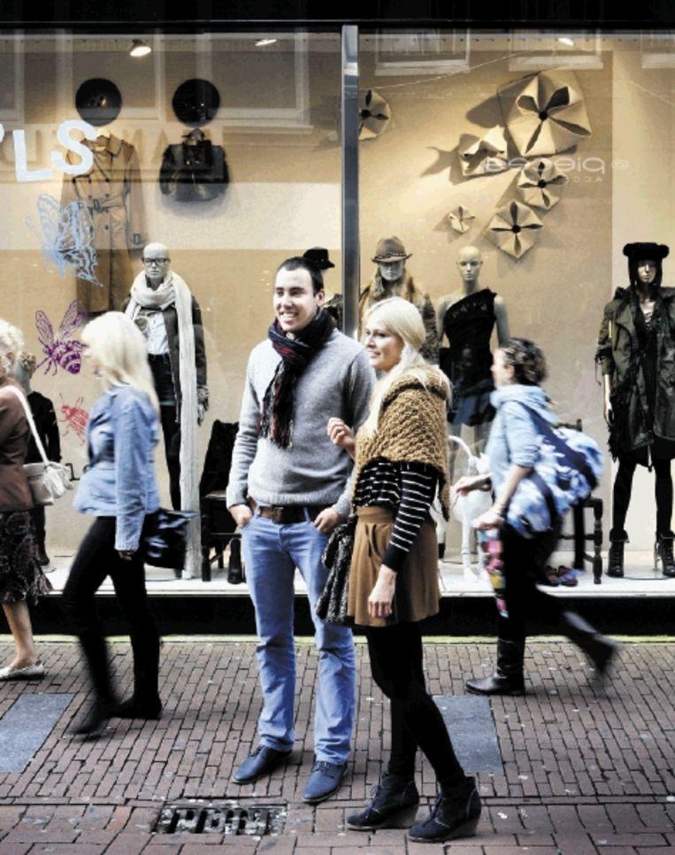 Keuze genoeg in de Kalverstraat. Maar welke kleren deugen? (FOTO'S JÃ¿RGEN CARIS) Beeld