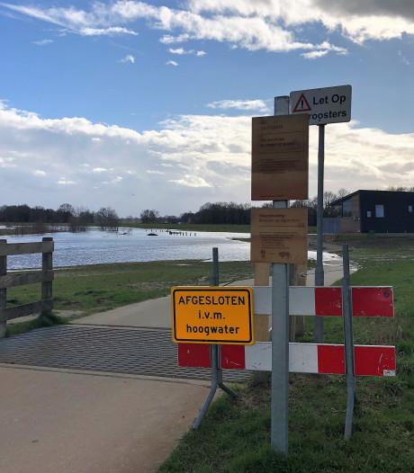 Vecht in Hardenberg treedt buiten haar oevers: deel park afgesloten