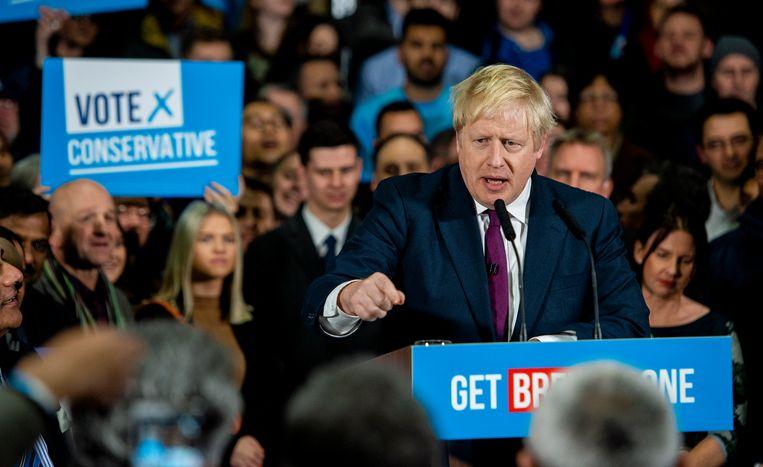 De Britse premier Johnson tijdens een verkiezingsrally. Beeld EPA