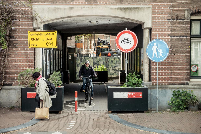 De toegang van de Kloverniers-burgwal tot het BG-terrein, volgens de Fietsersbond een plek waar fietsers het kind van de rekening zijn.  Beeld Jakob van Vliet