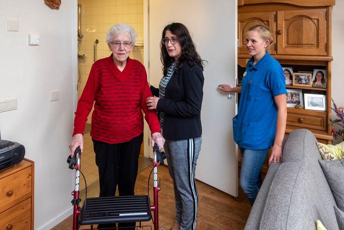 Katiya Nasrollahy helpt met aanstaand collega verpleegkundige Inez Beijer een van de bewoners van St. Jozef.