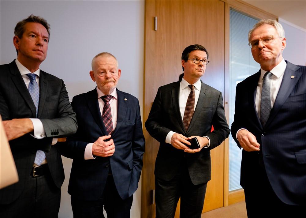 Vlnr: wethouder Albert Vader, gedeputeerde Dick van der Velde, burgemeester Bas van den Tillaar, en Han Polman, commissaris van de Koning, staan in februari de pers in Den Haag te woord over de marinierskazerne.