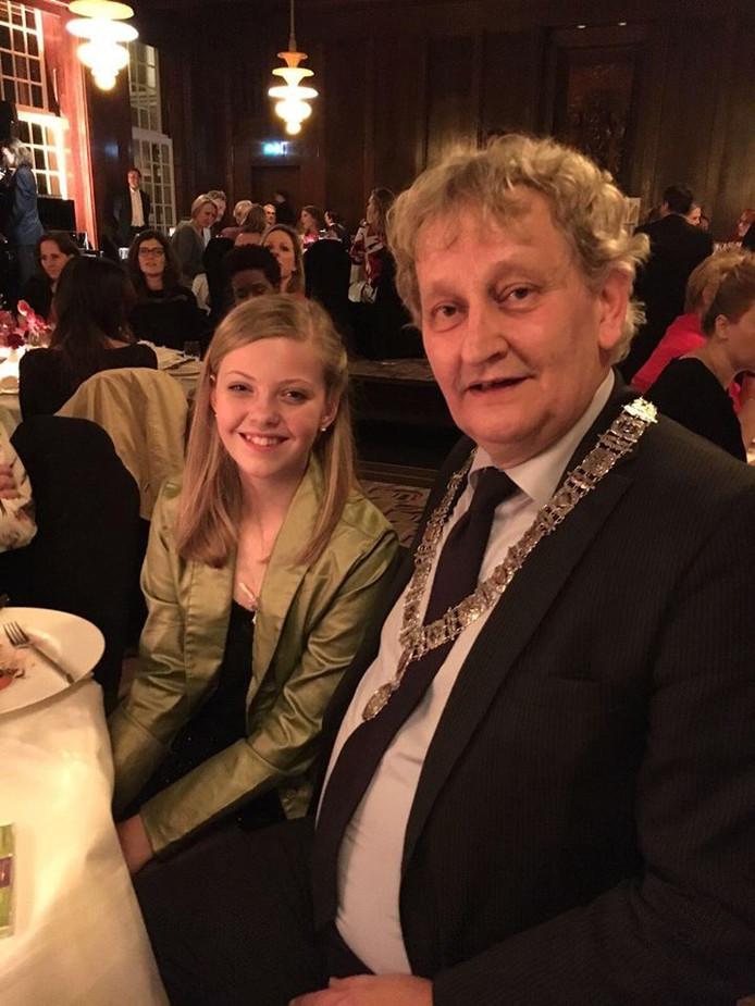 Julie met Eberhard van der Laan tijdens het Youth Gala in hotel The Grand