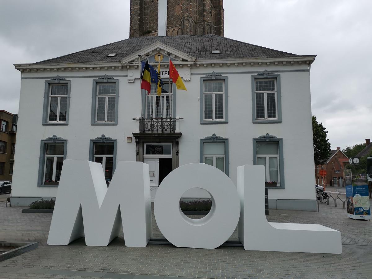 De reusachtige letters staan voor het oude gemeentehuis in Mol.