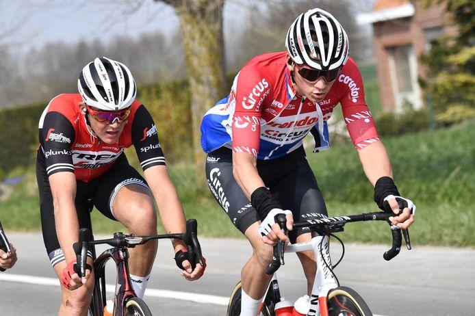Van der Poel in actie tijdens Gent-Wevelgem, met Mads Pedersen in zijn wiel.