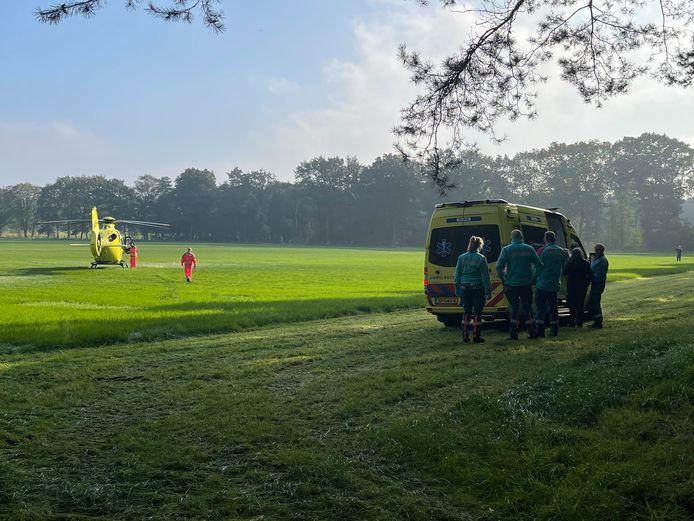 Hulpdiensten in Holten nadat een motorcrosser ten val kwam.