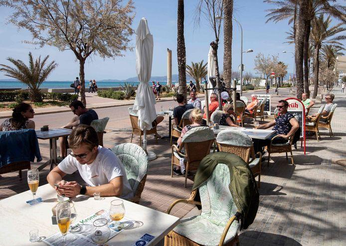 Toeristen op een terras in hoofdstad Palma.