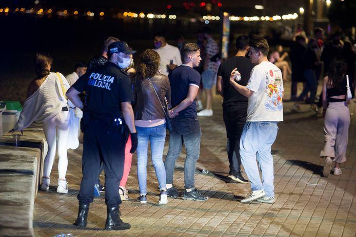 5 juni: nachtelijke drukte op de boulevard van Playa de Palma op Mallorca. De mensen op de foto hebben niets met de mishandeling te maken.