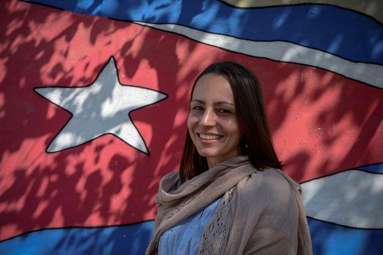 2012-11-15 HAVANA - De nederlandse Tanja Nijmeijer, lid van de Colombiaanse FARC  guerrilla's, bij een graffiti afbeelding van de Cubaanse vlag. Nijmeijer is in Cuba, als onderdeel van de FARC delegatie bij de vredesbesprekingen met de Colombiaanse regering. AFP ADALBERTO  ROQUE Beeld AFP