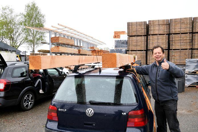 Houtprijzen gieren de pan uit. Bij houthandels is het daardoor drukker dan ooit tevoren. Zo ook bij de Brabantse houthandel in Molenschot. Martin Koenraad uit Wijchen kan aan de gang met zijn pergola.