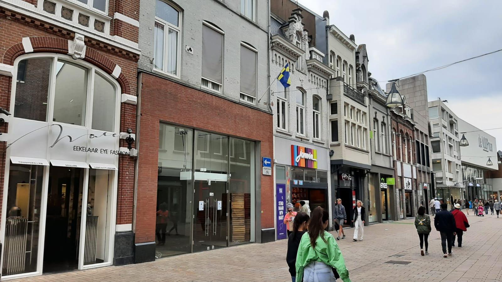 De Pindakaaswinkel strijkt aan de Heuvelstraat neer, in het tweede pand op links.