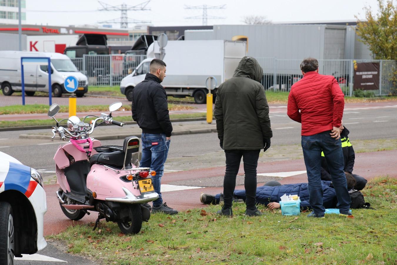 De bestuurder van de scooter raakte gewond en moest naar het ziekenhuis.