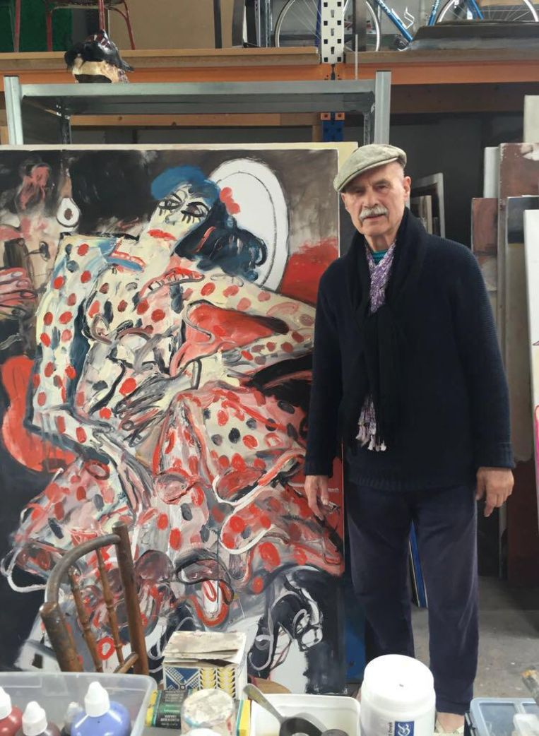 Martineau in zijn atelier met een van zijn schilderijen. Beeld
