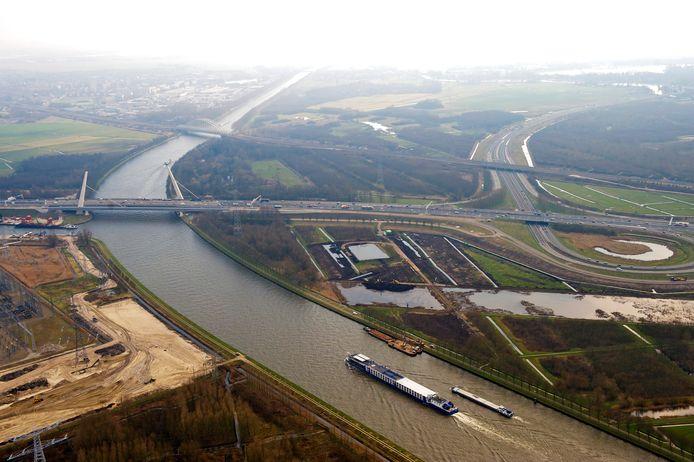 De Muiderbrug, knooppunt Diemen en het AmsterdamRijnkanaal.