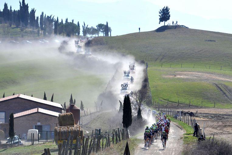 De Italiaanse koers over bijna 53 kilometer grindpaden en met start en aankomst op het Middeleeuwse plein in Siena spreekt heel wat renners aan Beeld AP