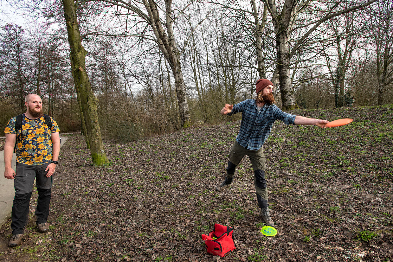 Twee mannen spelen discgolf op een speciaal parcours in park Oudegein in Nieuwegein. Beeld Guus Dubbelman / de Volkskrant