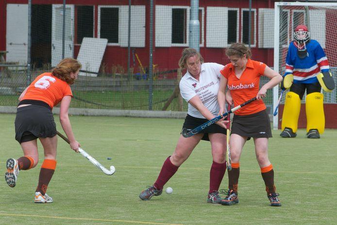 De dames van Mixed Hockeyclub Dieren in 2010 op het oude Dierense hockeyterrein in actie tegen Oosterbeek.