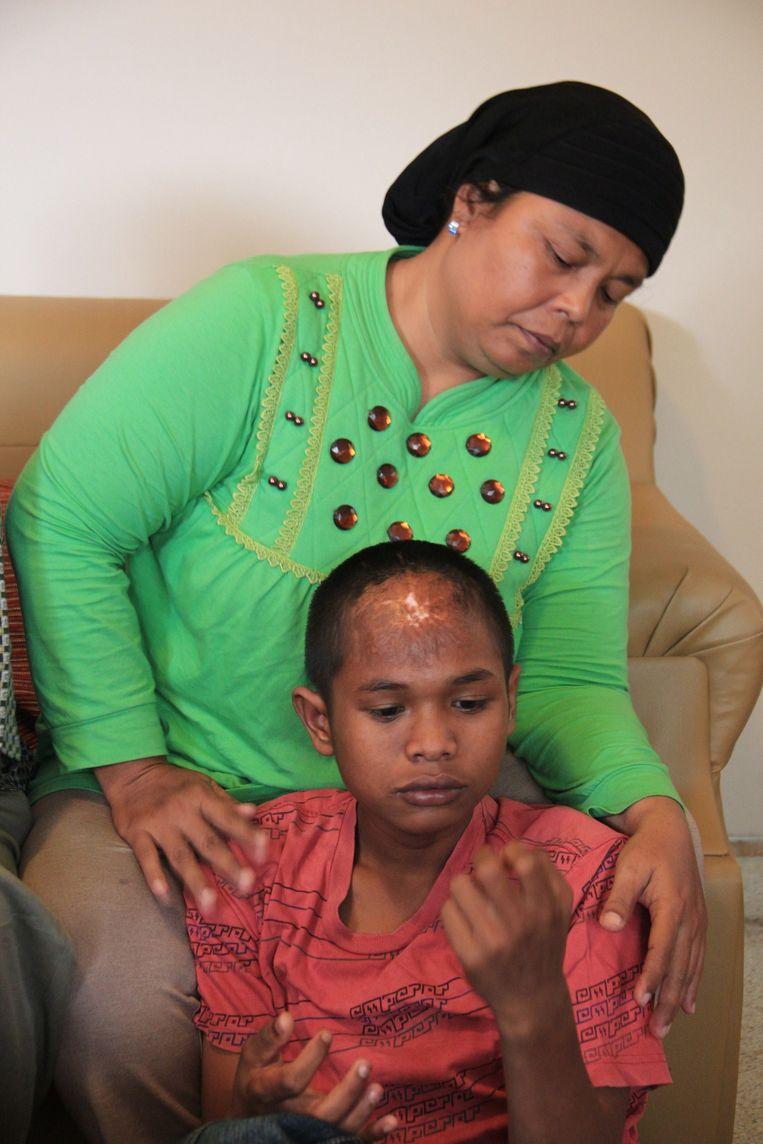 Arif met moeder Jamaliah. Beeld AFP